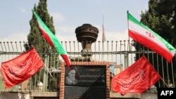 ABŞ-ın Tehrandakı keçmiş səfirliyinin yerində indi anriamerikan sitatların yer aldığı memorial durur