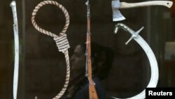 """Один из плакатов, посвященных армянской трагедии: дата """"1915"""" составлена из орудий убийств"""