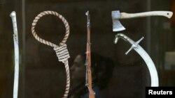 Один из плакатов, посвященных армянской трагедии: дата «1915» составлена из орудий убийств