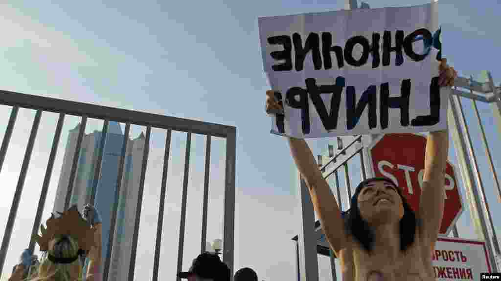 """Ресейлік """"Газпром"""" компаниясы кеңсесі алдында Femen белсенділерініңнаразылық акциясы. Мәскеу, ақпан, 2012 жыл."""