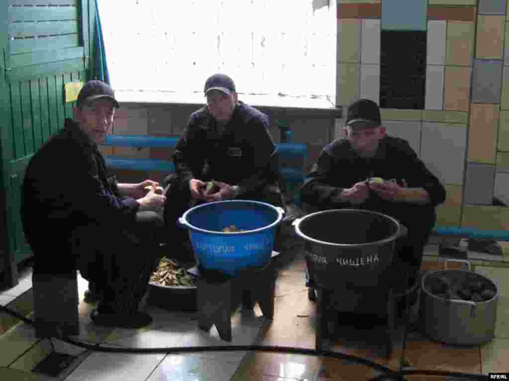 Підготовка обіду.Ув'язнені власноруч готують іжу і прибирають за собою.