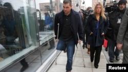 Свидетель по делу о взрывах в Бостоне и журналисты на выходе из здания суда, где прошли слушания. 4 марта 2015 года.