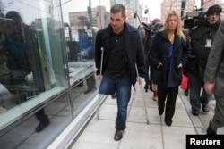 Марк Фюкарейл, выживший при теракте в Бостоне (слева), покидает здание суда, где рассматривается дело Джохара Царнаева. Бостон, 4 марта 2015 года.