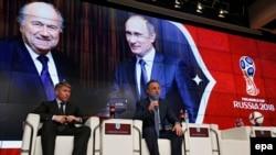 Президент России Владимир Путин (справа) и действующий президент ФИФА Йозеф Блаттер.