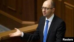 Голова уряду Арсеній Яценюк під час ранкового виступу в парламенті