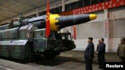 Түндүк Корея лидери Ким Чен Ын ракета жасалган жайда. 15-май, 2017-жылы таратылган сүрөт.