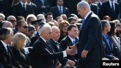 بنیامین نتانیاهو، ایستاده، در حال دست دادن با جو بایدن در سال ۲۰۱۴