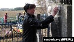 Любоў Лашкевіч прыехала на могілкі ў Дудзічы з Гомелю