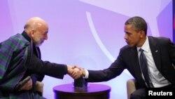 د امریکا ولسمشر بارک اوباما له خپل افغان سیال حامد کرزي سره روغبړ کوي