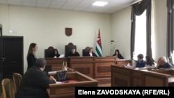 После выступления пострадавшей Эльвиры Чолакян адвокат Эдуарда Адлейба Инга Габелаиа сделала заявление о давлении, которое на нее оказывает прокуратура