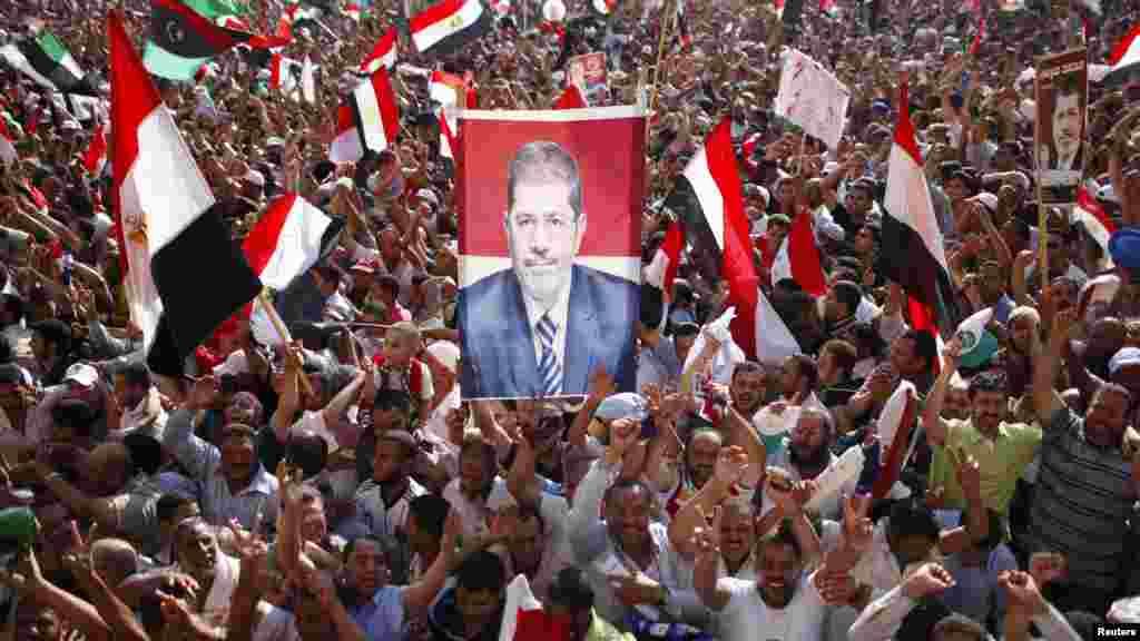 Мохаммед Мурсидің жақтаушылары. Каир, Тахрир алаңы, 24 маусым 2012 жыл