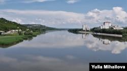 Râul Nistru în dreptul orașului Rîbnița.