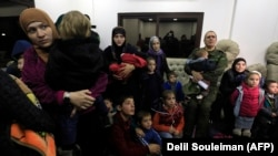 Женщины и дети, доставленные из Сирии в Чечню.