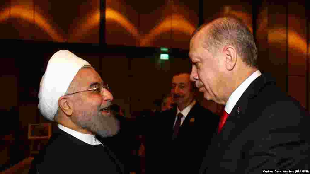 ТУРЦИЈА - Турскиот претседател се поздравува со претседателот на Иран, Хасан Рохани, на Самитот на Организацијата за исламска соработка во Истанбул. Ердоган ги повика земјите ширум светот да го признаат окупираниот Ерусалим за главен град на Палестина, како одговор на признавањето на поделениот град од страна на САД како главен град на Израел.