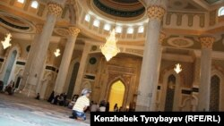 Әзірет Сұлтан мешітінің ішкі көрінісі. Астана, 7 шілде 2012 ж.