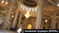 """В мечети """"Хазрет Султан"""" в Астане."""