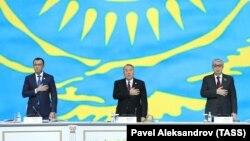 Маулен Ашимбаев (слева) в бытность первым заместителем председателя партии «Нур Отан» и Касым-Жомарт Токаев (тогда спикер сената парламента) на съезде партии «Нур Отан» под председательством Нурсултана Назарбаева, тогда еще президента Казахстана. Астана, 27 февраля 2019 года.