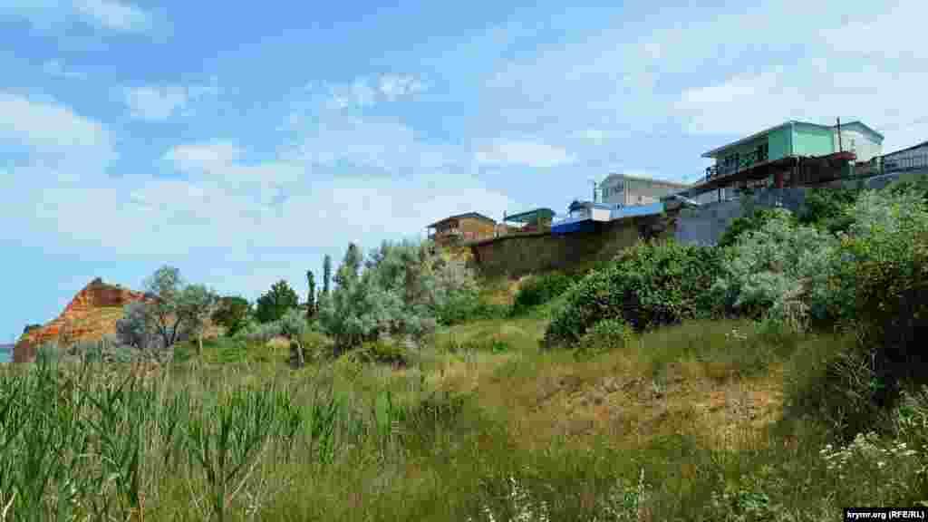 Многие дома расположены на оползнеопасном обрыве