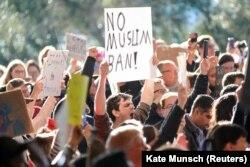 Демонстрация в защиту иммигрантов в аэропорту Сан-Франциско, который объявил себя городом-убежищем нелегальных иммигрантов