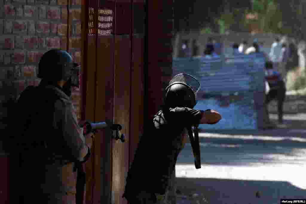 Hindistan polisi etirazçılara qarşı gözyaşardıcı qazdan istifadə edir.