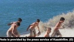 Момент съемок фильма «Река» Эмира Байгазина. Фото предоставлено пресс-службой «Казахфильма».