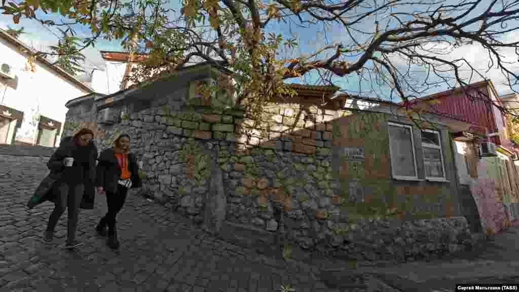 Что летний, что «бархатный» сезон уже далеко позади, поэтому из развлечений курортного Гурзуфа сейчас доступны прогулки по узким улочкам поселка с друзьями...