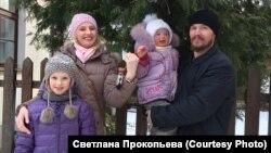 Евгений Балагин, его жена Маша и их две дочери
