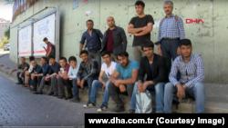 Туркменские мигранты в Стамбуле в ожидании работы.