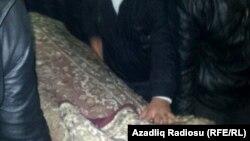 Подготовка к похоронам инвалида Карабахской войны Заура Гасанова, который совершил самосожжение, 28 декабря 2013