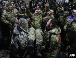 Байцы батальёна «Айдар» падкідаюць свайго камандзіра Сяргея Мельнічука пасьля таго, як стала вядома, што батальён ня будзе расфармаваны