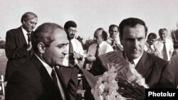 Armenia - Artashat Mayor Hovik Abrahamian (L) declares President Levon Ter-Petrosian the town's honorary citizen in 1996.