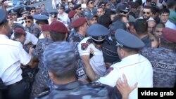 Движение «Нет грабежу!» провело первую акцию гражданского неповиновения 1 сентября – снова попытались перекрыть проспект, направились к резиденции президента, активистов задержала милиция