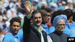 د پاکستان وزیراعظم یوسف رضاګیلاني له خپل هندي سیال من موهن سینګ سره یو څای د هند په مهالي کې دهند او پاکستان د کرکټ لوبې د کېدو پرمهال