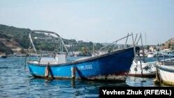 Прогулянковий човен біля пірса в Балаклавській бухті, Крим, 26 серпня 2021 року