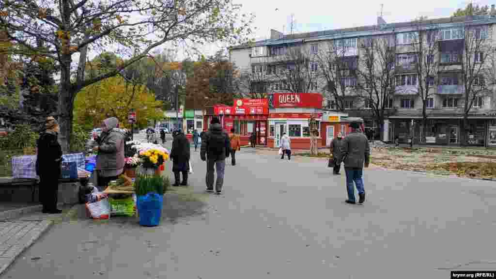 Стихійні торговці квітів за декілька метрів від ринку