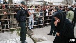 سامره علینژاد، مادر عبدالله حسینزاده، دقایقی پس از گذشتن از قصاص در پای چوبه دار