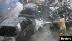 Пожарные работают на месте взрыва. Кветта, 31 августа 2011 года.