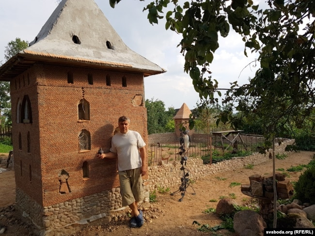 Аўтар каля копіі Княскай вежы