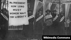 Суфражистки выступали против экономической и политической дискриминации женщин. Эта фотография сделана во время пикета перед Белым домом в 1917 году