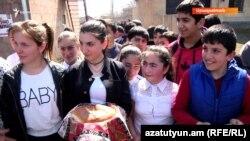 Դպրոցի տնօրեն թեկնածուի քարոզարշավին բազմաթիվ դպրոցականներ էին մասնակցում