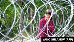 Женщина у колючей проволоки на границе самопровозглашенной Южной Осетии и Грузии