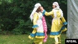 Яркие краски и буйные ритмы ушли из народной жизни, но живут на фестивальных площадках