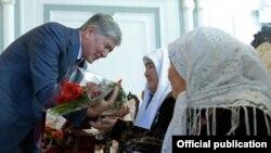 Президент Алмазбек Атамбаев энелерди куттуктоодо.