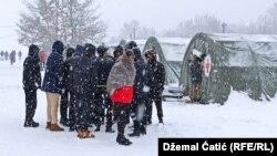 Migranti ispred kampa Lipa kod Bihaća, januar 2021.