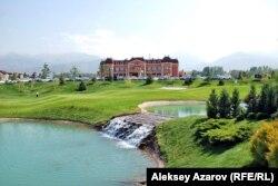 """Вид на поля гольф-курорта """"Жайляу"""" в Алматы."""