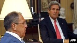 Sergei Lavrov (majtas) gjatë takimit të tij me John Kerryn në Paris