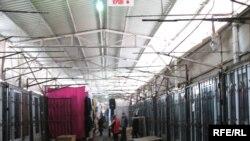 Торговый ряд на одном из базаров в Алматы.