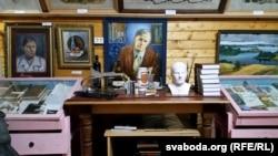 Куток Васіля Быкава ў Старадароскім музэі Анатоля Белага