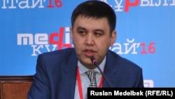 Ақпарат және байланыс вице министрі Алан Әжібаев медиа құрылтайда. Алан, 11 қараша 2016 жыл.