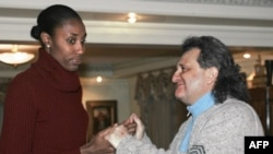 Shabtai Kalmanovich with U.S. basketball player Lisa Leslie in Moscow in January 2006.